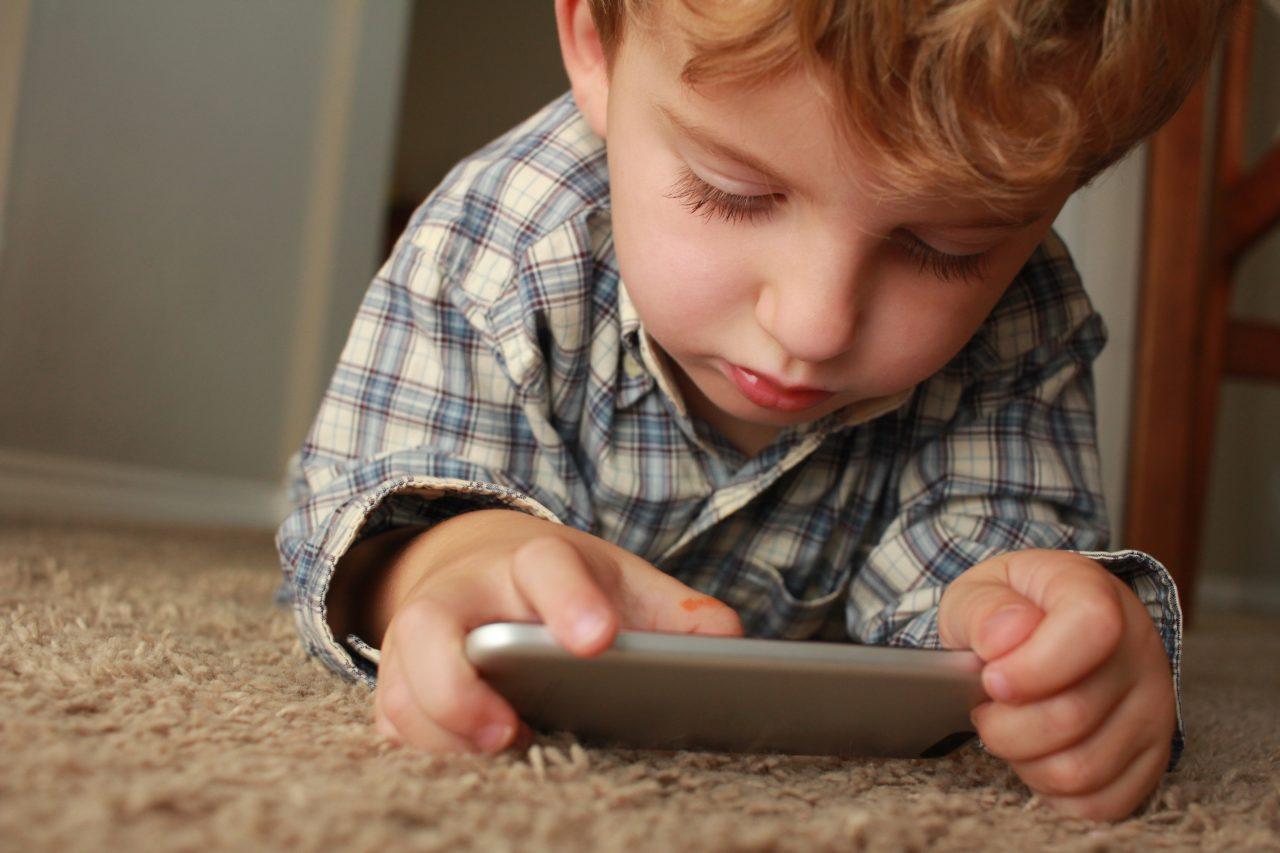 Dečak zaključao iPhone svoje majke na 48 godina! Evo kako da se i vama to ne dogodi…