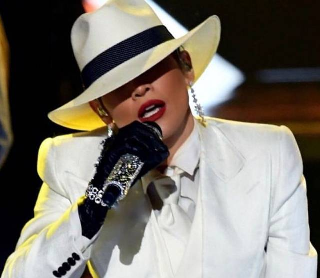 To može samo Džej Lo: Počela je nastup u odelu, a završila bez njega!