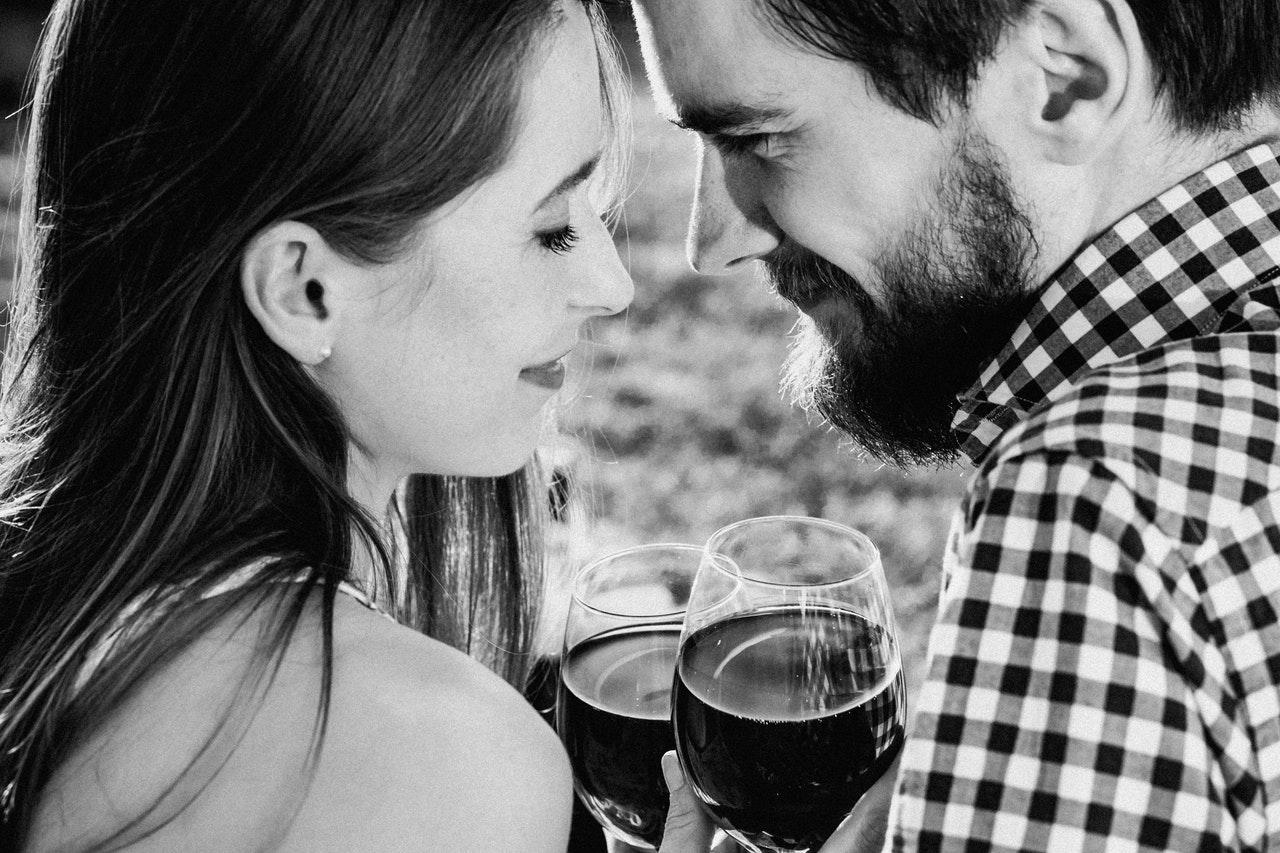 Naučnici tvrde: Miris muškarca odlučuje koliko alkohola će žena popiti