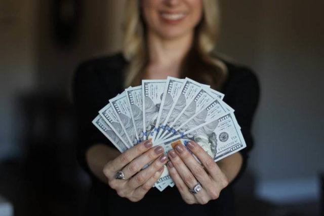 3 horoskopska znaka koja će imati sreće sa novcem u aprilu