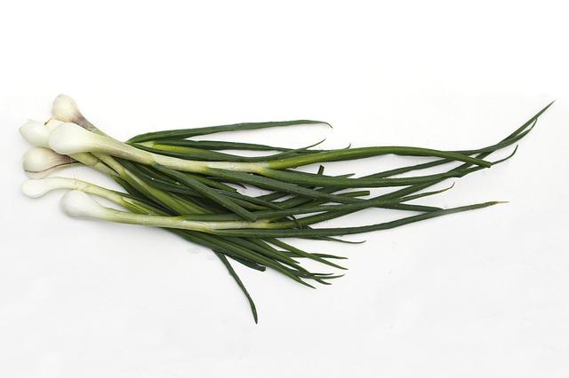5 razloga zbog kojih treba da jedete mladi luk, posebno zeleni deo