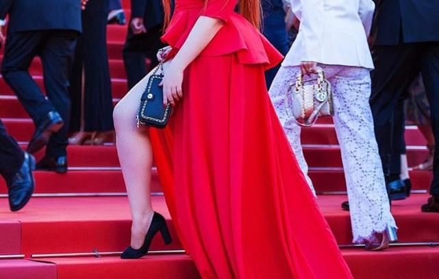Dok je pozirala na crvenom tepihu, ostala je bez haljine! Centar pažnje bio je zagarantovan!