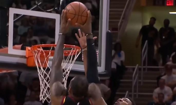 Deset centimetara niži Markus Smart fenomenalno blokira Lebrona Džejmsa! (VIDEO)