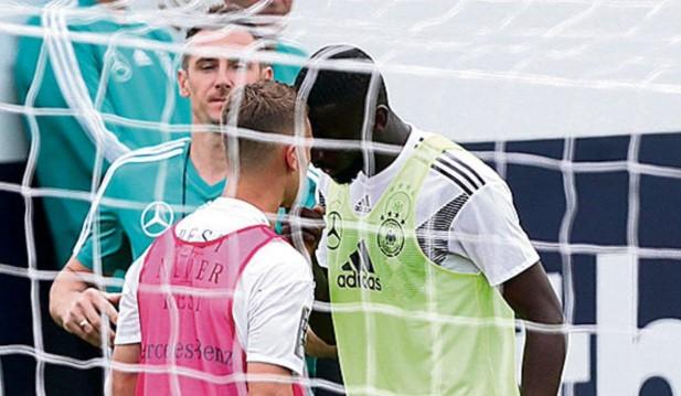 Miroslav Klose smiruje tuču na treningu Nemačke reprezentacije!