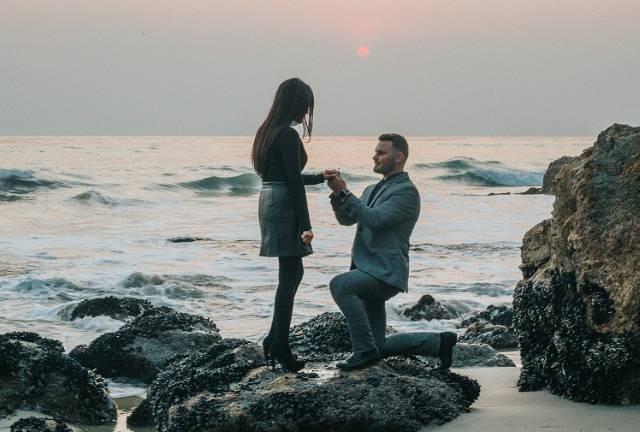 Zašto muškarac klekne kada hoće da zaprosi devojku? Evo odakle potiče taj običaj