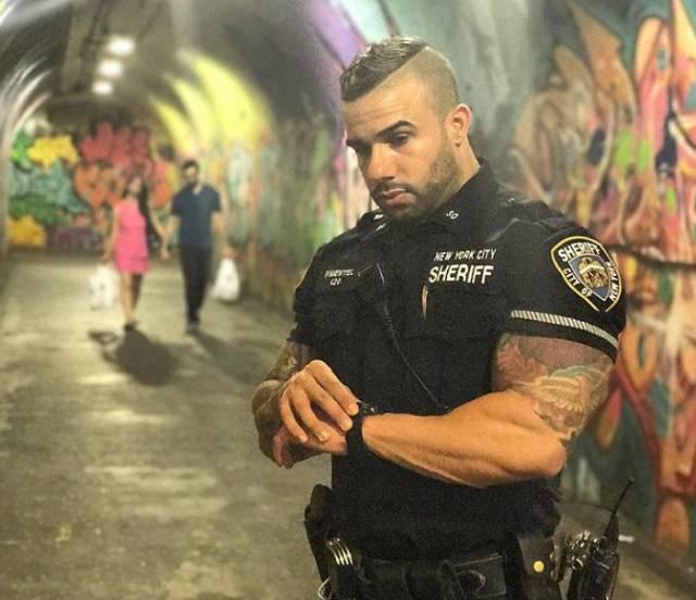 Internet je pre 3 godine otkrio najseksepilnijeg policajca na svetu! Danas izgleda još bolje a žene i dalje lude za njim!