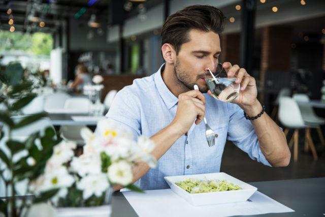 Da li je zdravo piti vodu uz obrok