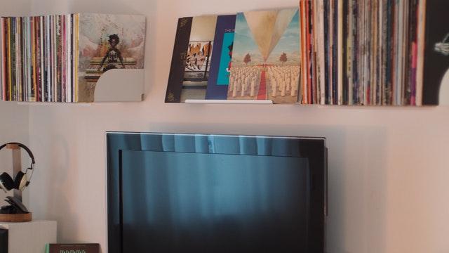 Šta nikada ne treba da radite kada brišete prašinu sa TV ekrana