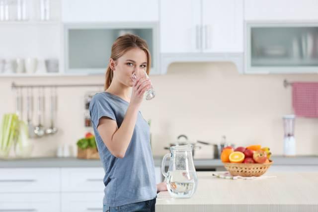 Odlučila je da pije 2 litre vode dnevno mesec dana, a rezultati su zapanjujući!