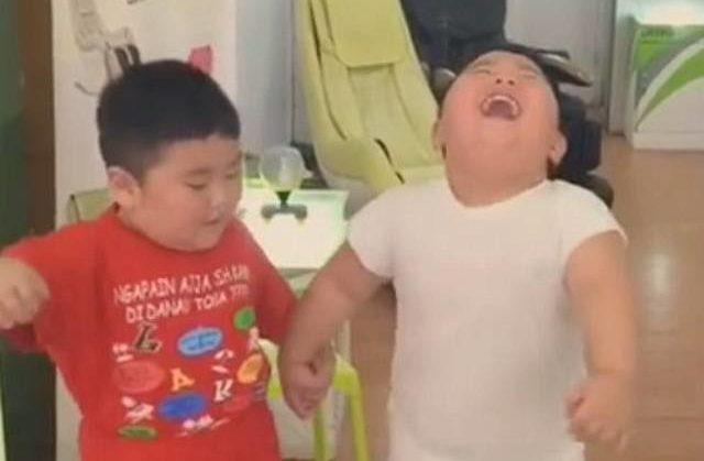 Snimak ovih bucmastih dečaka nikoga ne ostavlja ravnodušnim