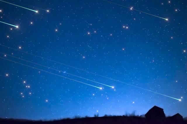 """Otvorite oči i gledajte u nebo: Najviše """"zvezda padalica"""" biće između 23 i 5 sati ujutru – čak 100 za jedan sat!"""