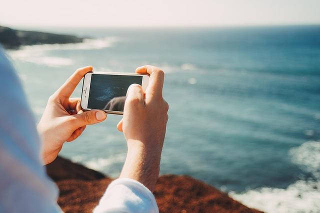 Pregrevanje, pesak, sunce: 6 saveta kako da sačuvate telefon tokom leta