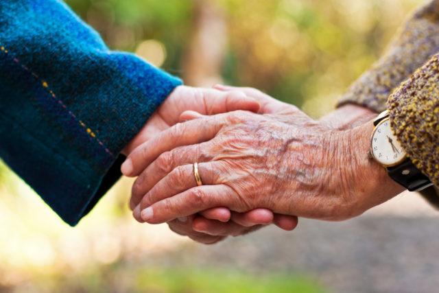 Par nakon 65 godina braka preminuo držeći se za ruke