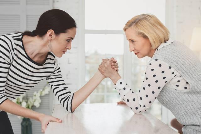 Mame otvoreno: 15 razloga zbog kojih svekrve omalovažavaju naše roditeljske odluke