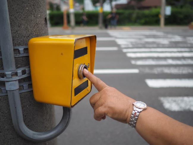 Da li dugme za paljenje zelenog svetla na semaforu zaista čini da se zeleno svetlo ranije upali?