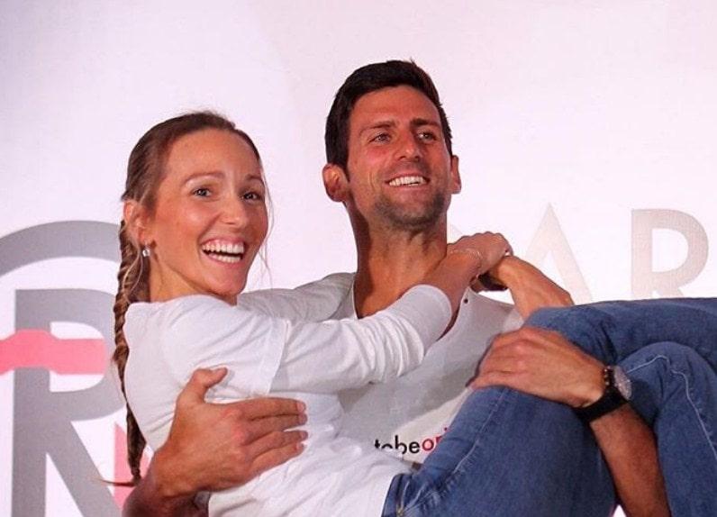 Jelena i Novak se pojavili na svadbi u Italiji i svi se pitaju – Šta to nose na glavi?