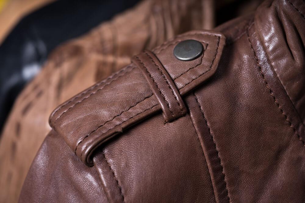 Čemu služi traka sa dugmetom na ramenima jakne ili kaputa