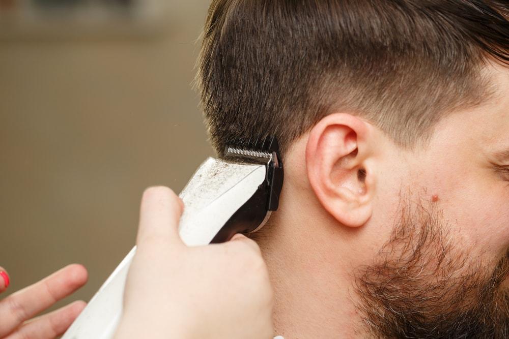 Frizerski salon nudi besplatno šišanje ako ispunite jedan uslov