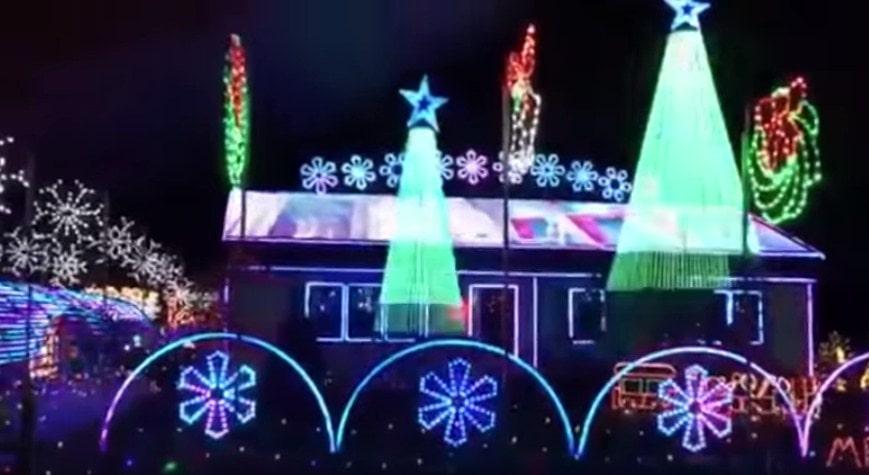 Novogodišnja tradicija: Već 15 godina pretvara svoju kuću u Božićni spektakl