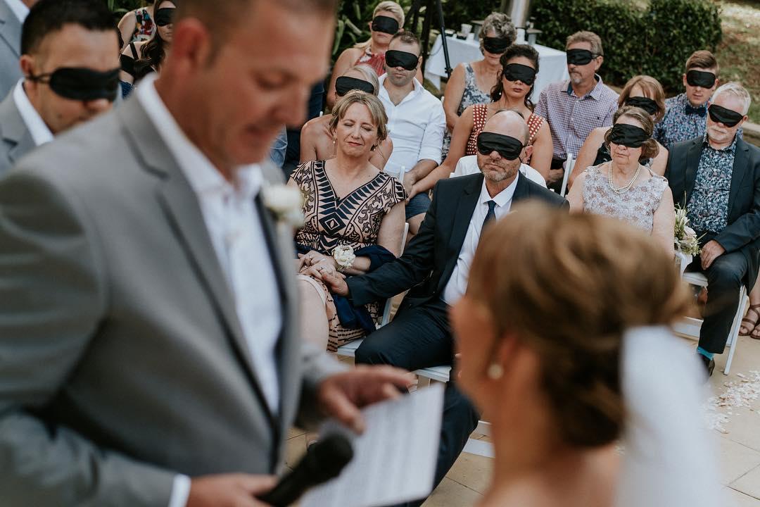 Gosti na venčanju pokrili oči u znak solidarnosti sa slepom mladom