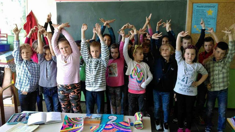 Oni uče znakovni jezik zbog drugarice sa oštećenim sluhom