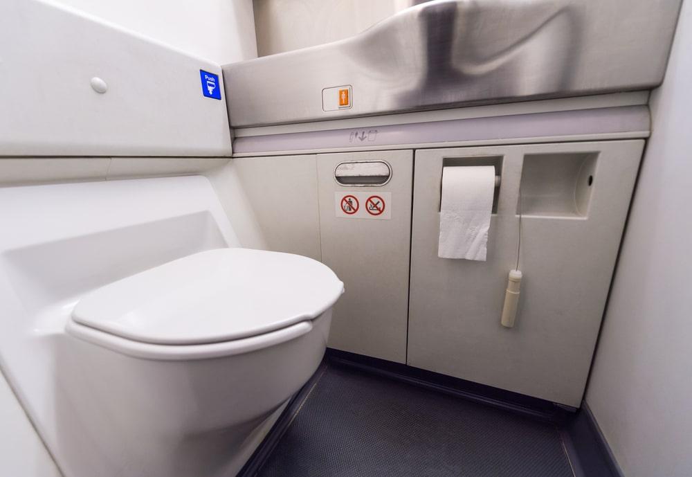 Šta se dogodi kada pustimo vodu u toaletu aviona
