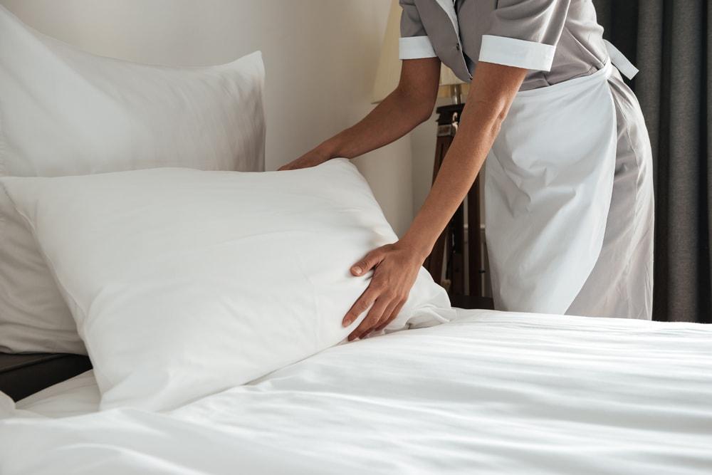Zašto je posteljina u hotelima uvek bele boje?