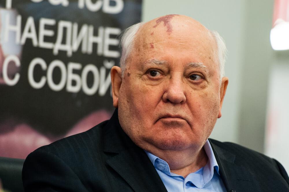 Mihail Gorbačov tvrdi da ove scene iz serije nisu istinite