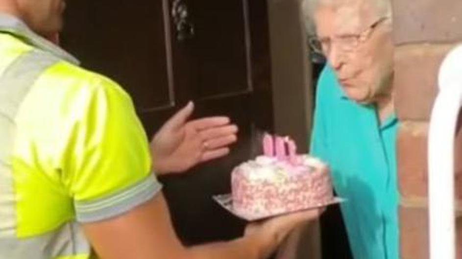 Čistači ulice tortom ganuli baku za 100. rođendan