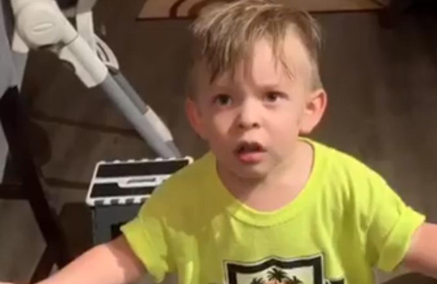 Hit reakcija dečaka nakon što je ispratio mamu na posao