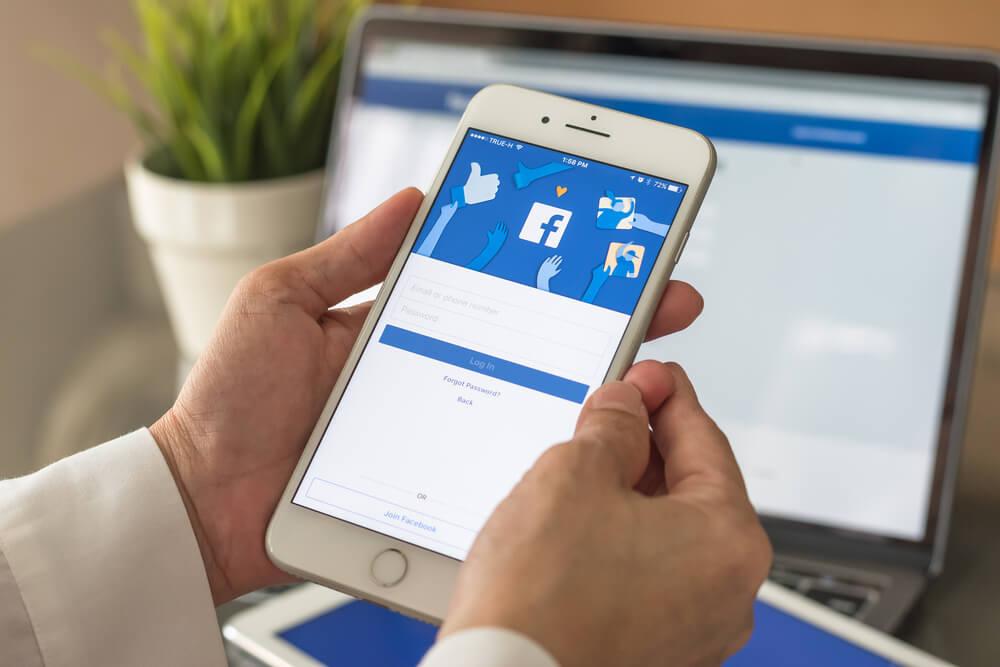Fejsbuk ima pristup kameri telefona! 📱