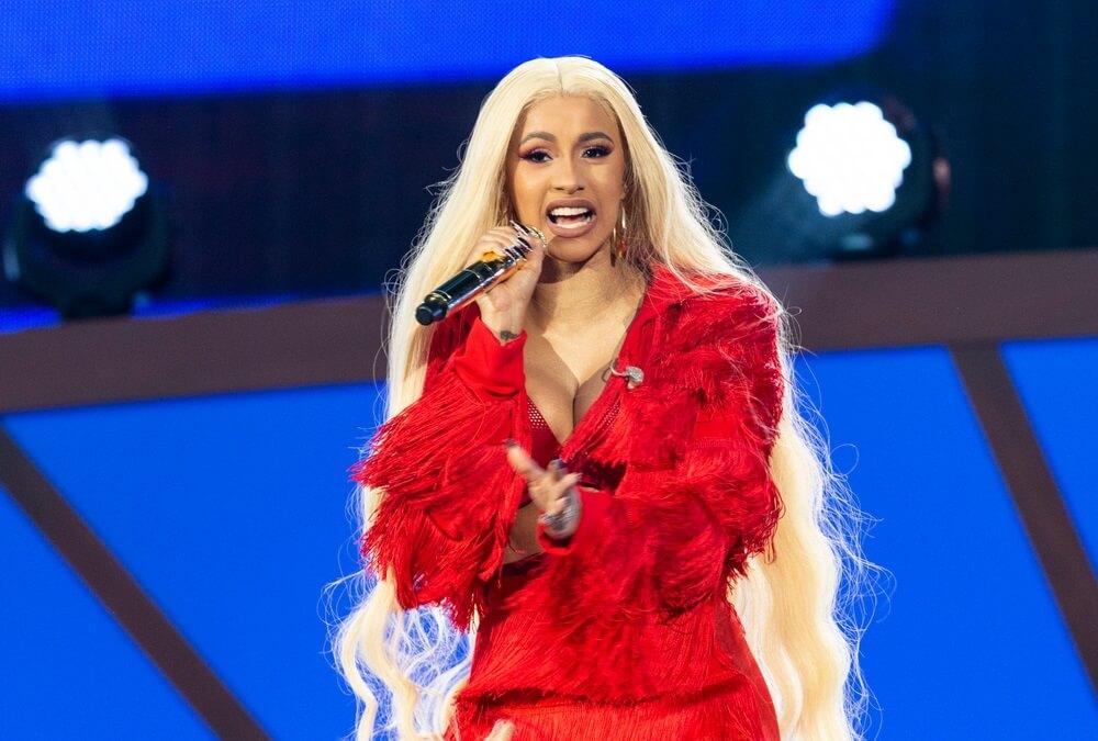 Popularna pevačica u najčudnijem modnom izdanju ikada!
