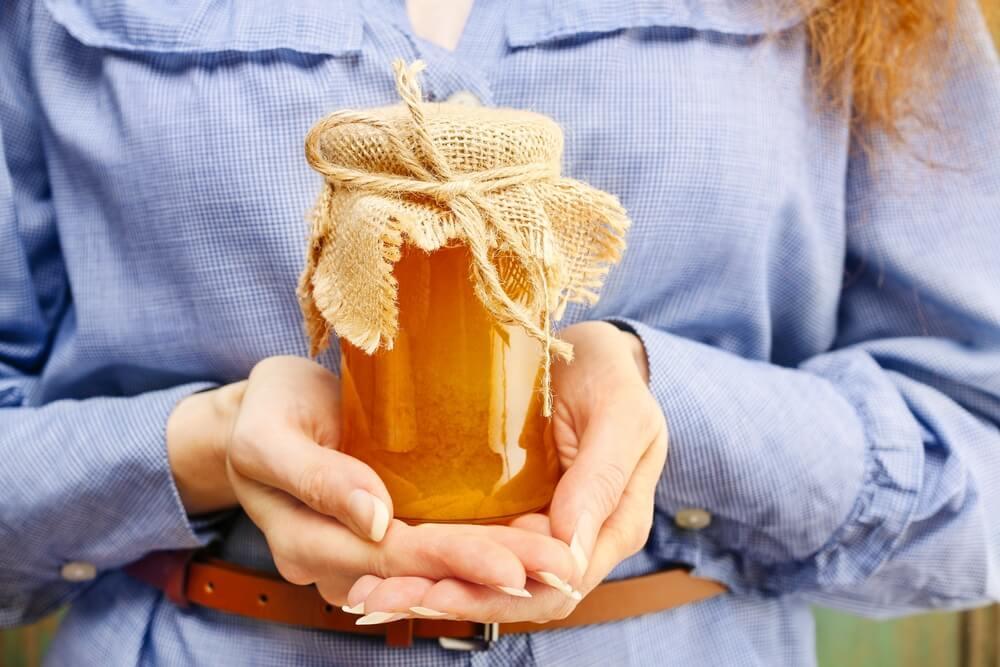 Udruženje pčelara poklanja med deci ometenoj u razvoju
