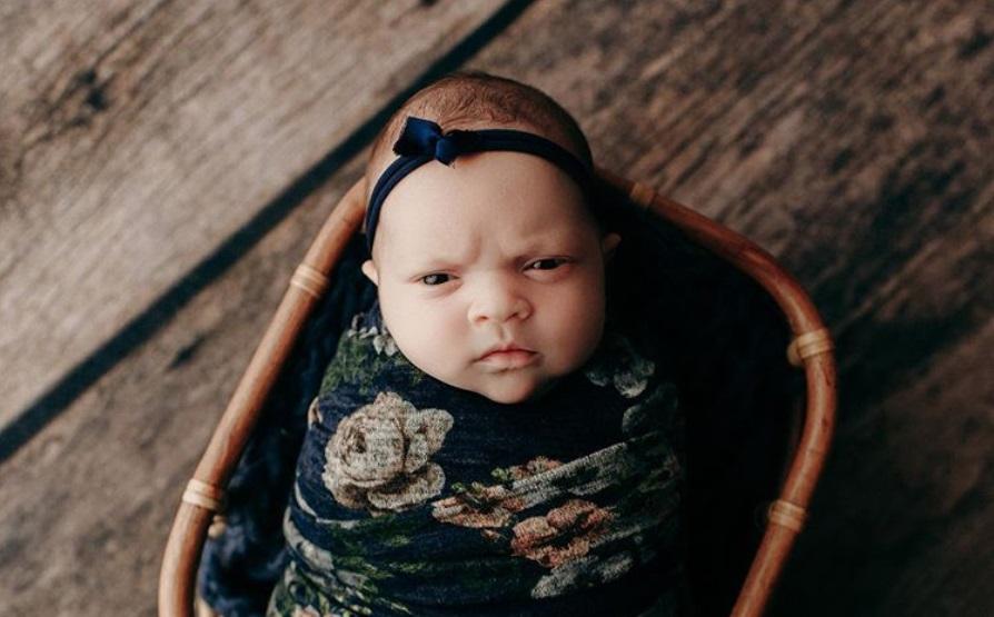 Namrgođena beba postala zvezda interneta