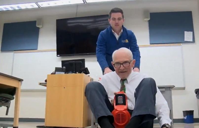 Neverovatna energija ovog profesora fizike opčinila njegove studente!