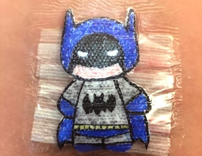 Doktor oslikava zavoje od mališana nakon operacija