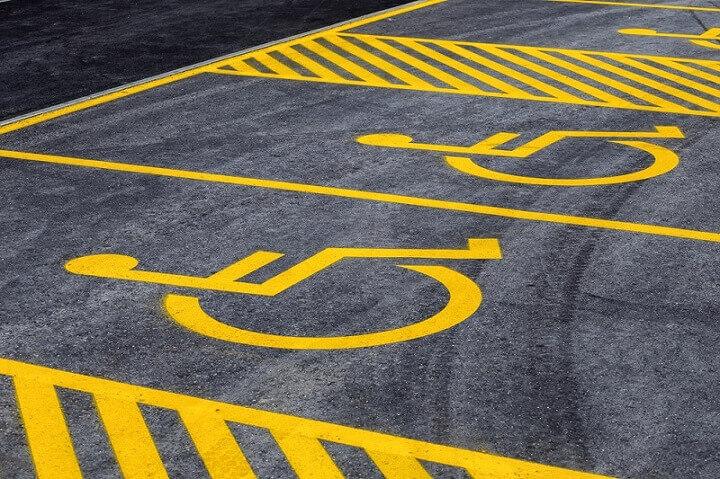 Žute pruge kraj parkinga za invalide – evo čemu služe