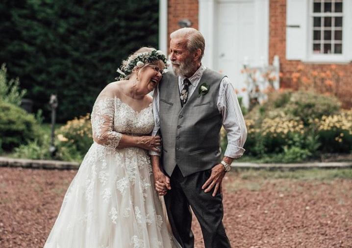 Stari bračni par proslavio 60 godina braka u venčanici i odelu