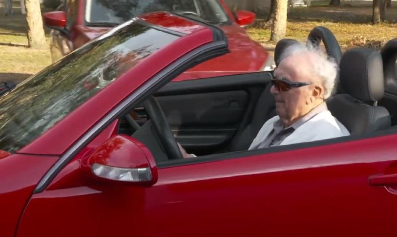 Džo ima 107 godina – i vozi sjajna kola!