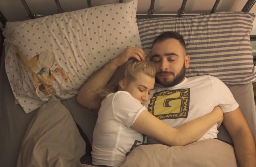 Video koji opisuje kako je momcima kada spavaju pored devojke