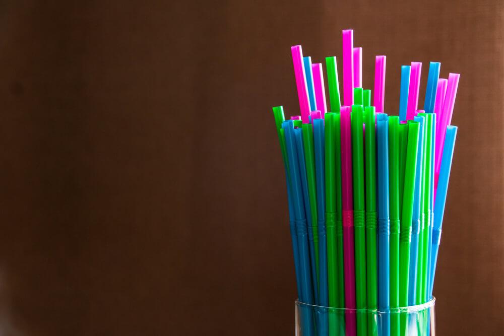 Da li će Srbija zabraniti plastični pribor i slamčice?
