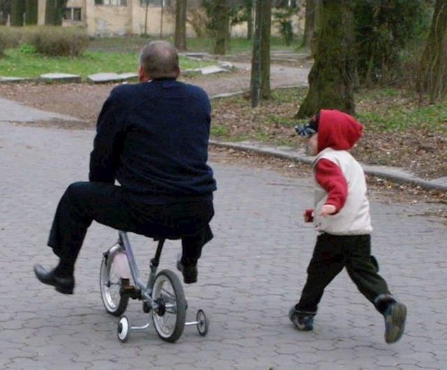 Smešne fotografije koje dokazuju da se mnogi muškarci ponašaju kao deca