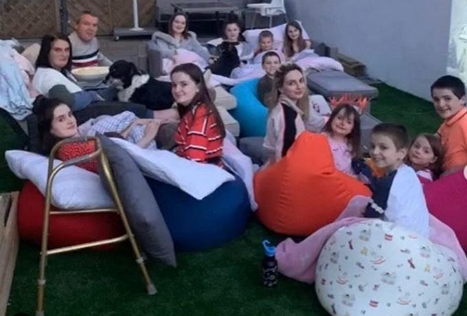 Kako izgleda filmsko veče u porodici koja ima 22 dece?