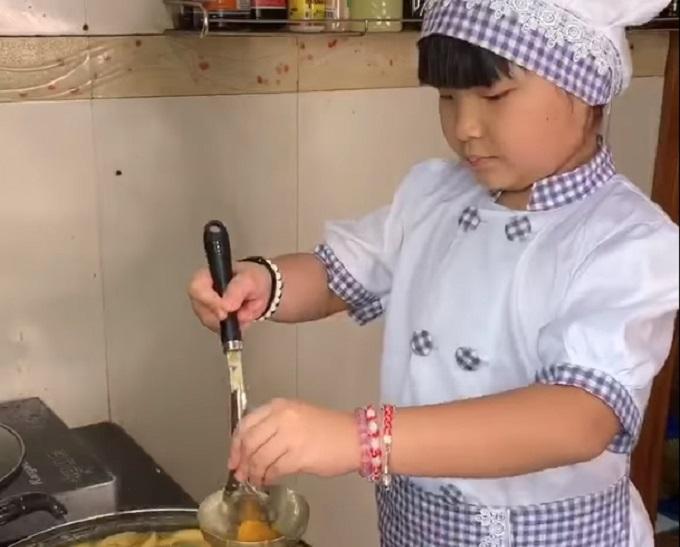Osmogodišnja devojčica je u karantinu počela da kuva i postala viralna zvezda