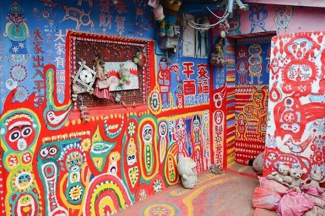 97-godišnji gospodin napušteno selo pretvorio u umetničko delo!