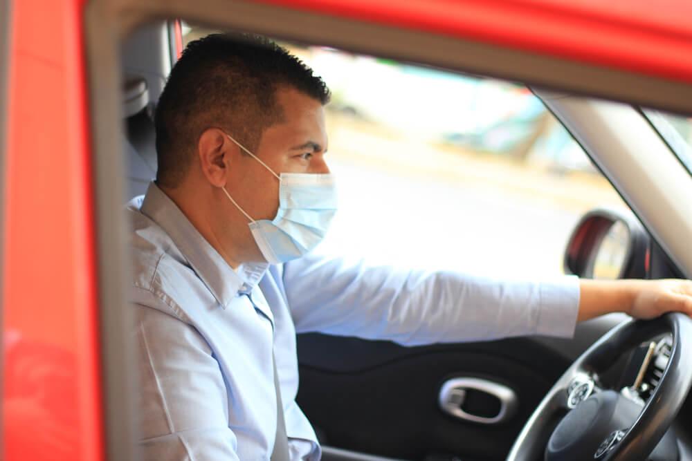Stručnjaci otkrivaju – da li je dobro nositi masku dok vozimo