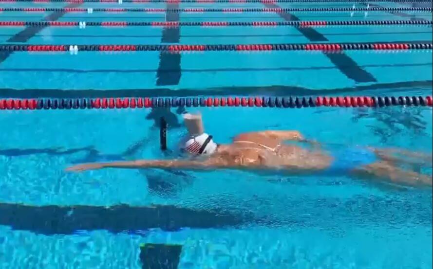 Olimpijka preplivala bazen s čašom mleka na glavi!