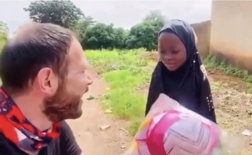 Čovek poklonio lutku devojčici – njena reakcija je neprocenjiva