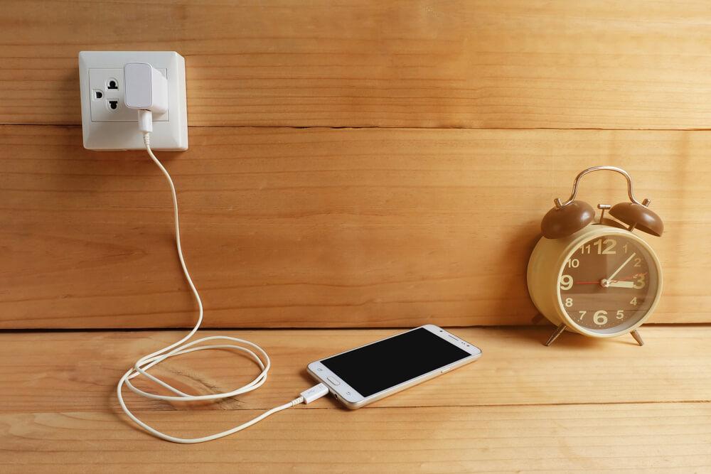 Evo zašto ne treba puniti telefon tokom noći