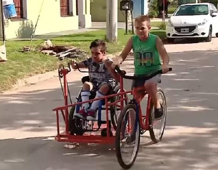 Dečak izumeo poseban bicikl kako bi se vozio sa najboljim drugom koji je u invalidskim kolicima